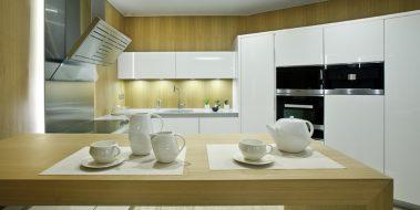 Cocina de diseño exclusivo para Oceans Suites, Altea.  Combinación de madera exótica natural de Mukaly y madera Mukaly con un lacado de poliester alto brillo.