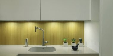 Cocina de diseño exclusivo para Oceans Suites, Altea. Detalle de la combinación de las diferentes texturas de la madera Mukaly, con una luz puntual, limpia y cuidada.