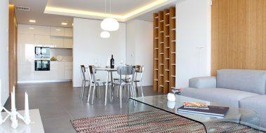 Cocina de diseño exclusivo para Novamar, abierta al salón.